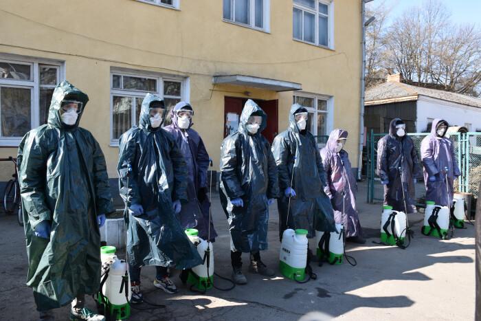 Комунальники дезінфікують під'їзди багатоповерхівок у Луцьку