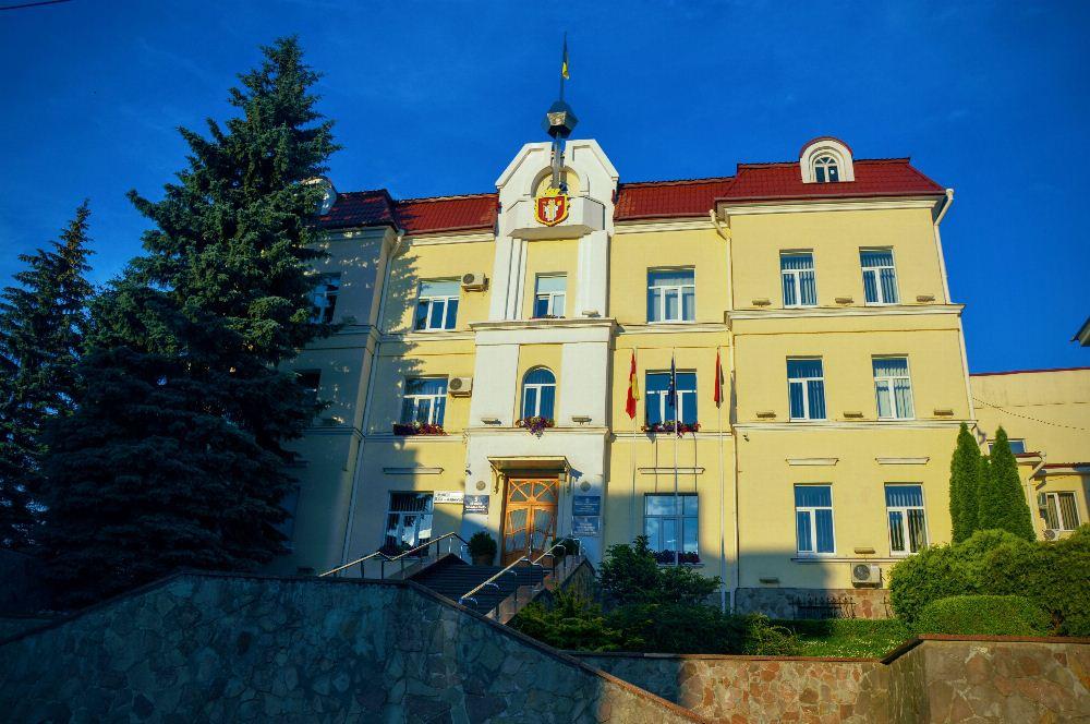 У Луцьку призупинили конкурси на заміщення вакантних посад у міськраді