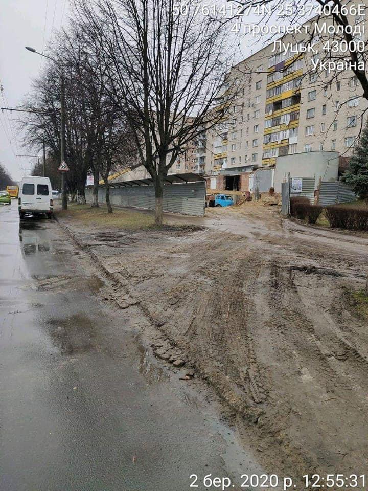 У Луцьку будівельники забруднили проїжджу частину одного з проспектів