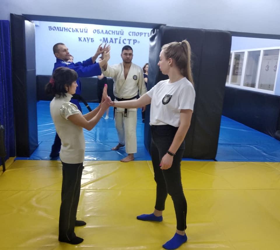 У Луцьку тривають заняття для жінок із самооборони