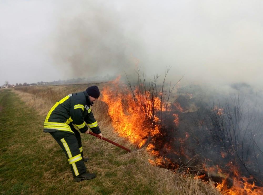 На Волині – понад десяток пожеж через спалювання сухої трави