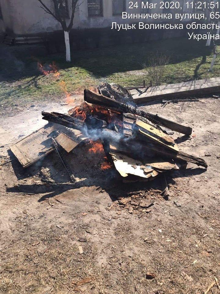 Муніципали виявили  лучанина, який спалював сміття у центрі міста