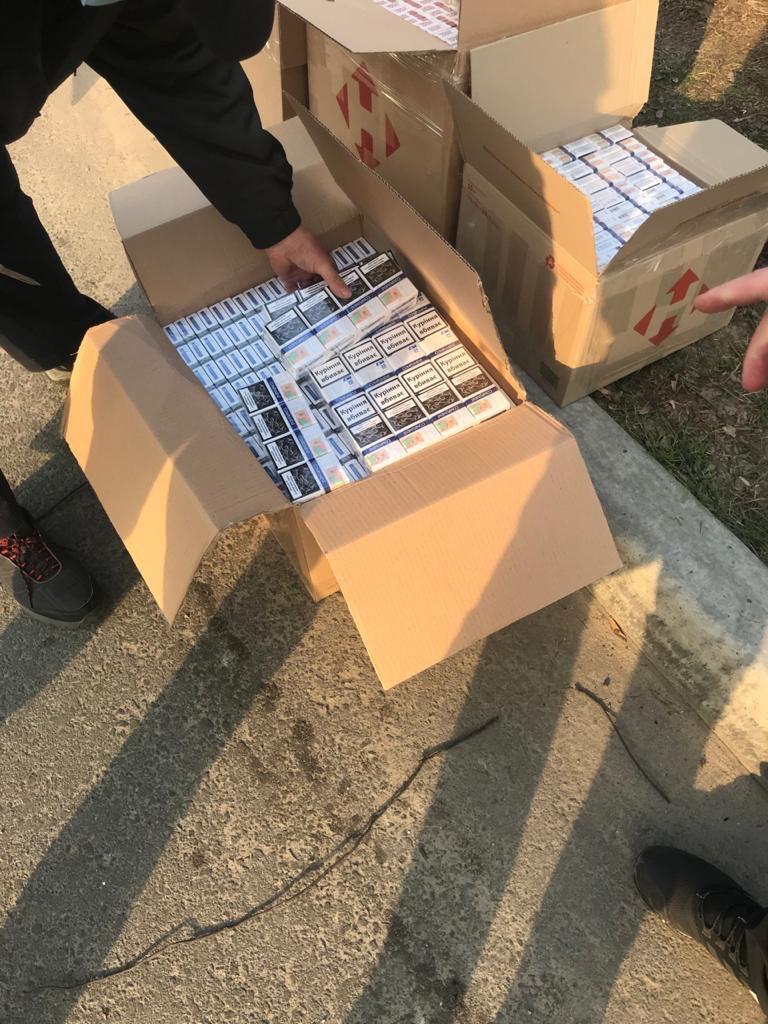 На Волині затримали автомобіль з понад трьома тисячами пачок контрафактних сигарет