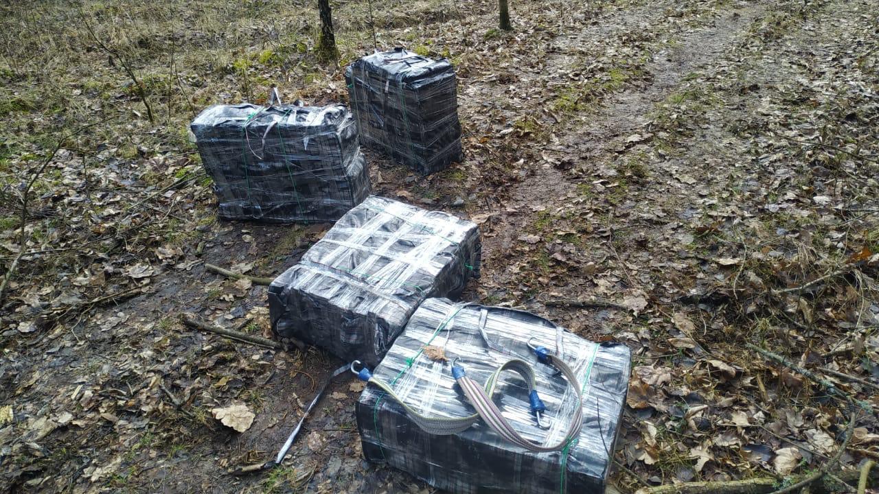 Луцькі прикордонники затримали на «зеленому кордоні» людей із сумками цигарок