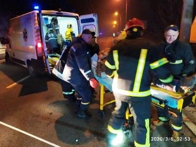 У Луцьку рятувальники визволяли пасажира із авто після зіткнення із деревом
