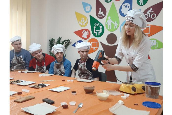 У Луцьку для людей з інвалідністю провели майстер-клас з виготовлення шоколадних цукерок