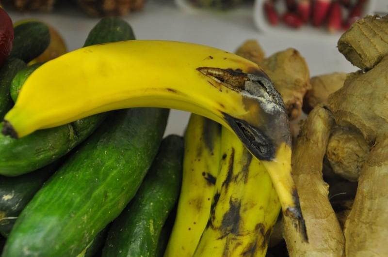 У Луцьку просять штрафувати супермаркети, що торгують зогнилими овочами та фруктами