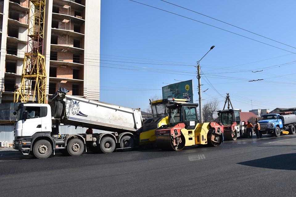 У Луцьку завершують асфальтувати частину вулиці Рівненської