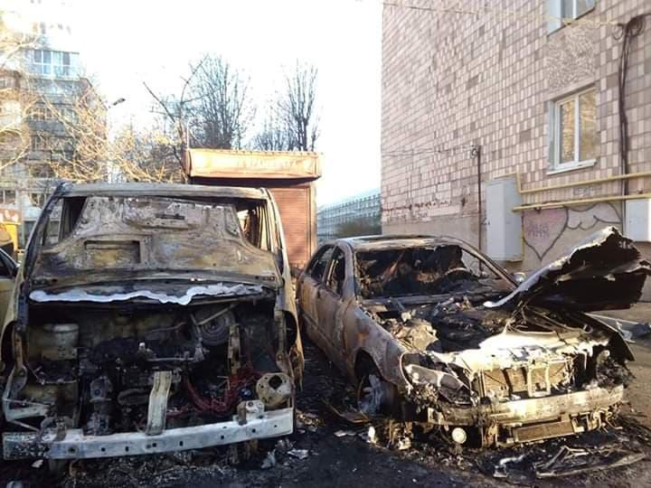 У  Луцьку вночі вогонь знищив три автомобілі