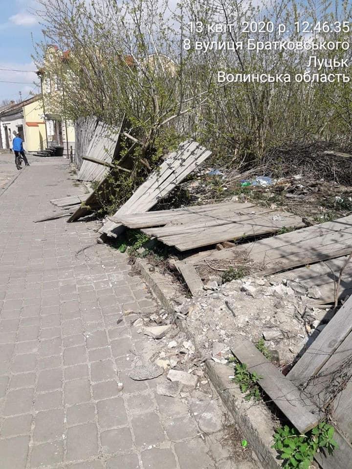 У Старому місті Луцька виявили сміттєзвалище та зарості на ділянці, яку орендує «Луцькміськбуд»