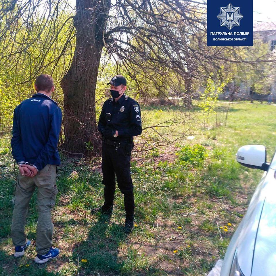 У Луцьку затримали чоловіка, який переховував на тілі 23 пакунки з наркотиками