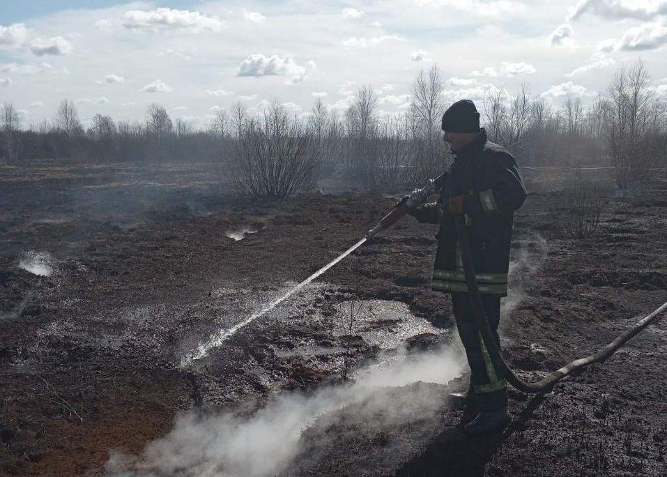 На Ратнівщині гасять пожежу торфовища