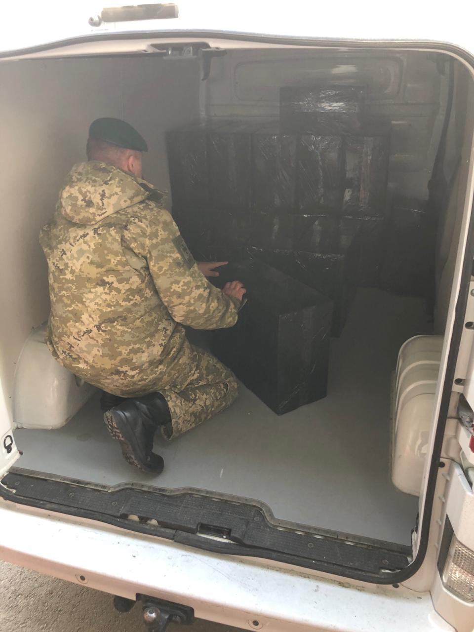 У Луцьку правоохоронці затримали автомобіль з сигаретами без акцизних марок на мільйон гривень