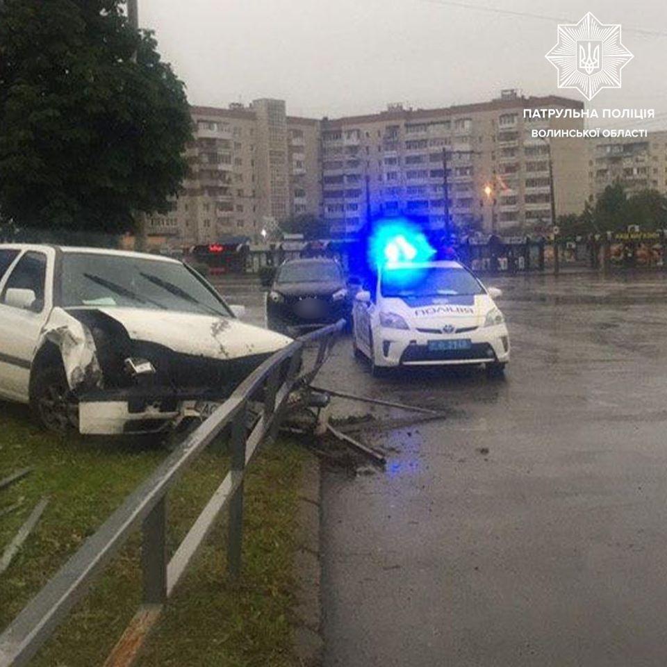 П'яний водій у Луцьку пошкодив дорожнє огородження і намагався втекти