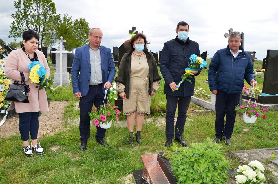 У День вшанування загиблих бійців АТО представники влади відвідали місця поховання героїв-лучан