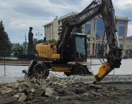 У центрі Луцька розпочали демонтаж недобудованого фонтану