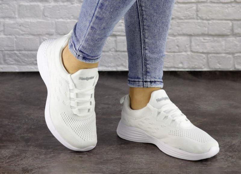 Головний тренд весни-2020: білі кросівки*