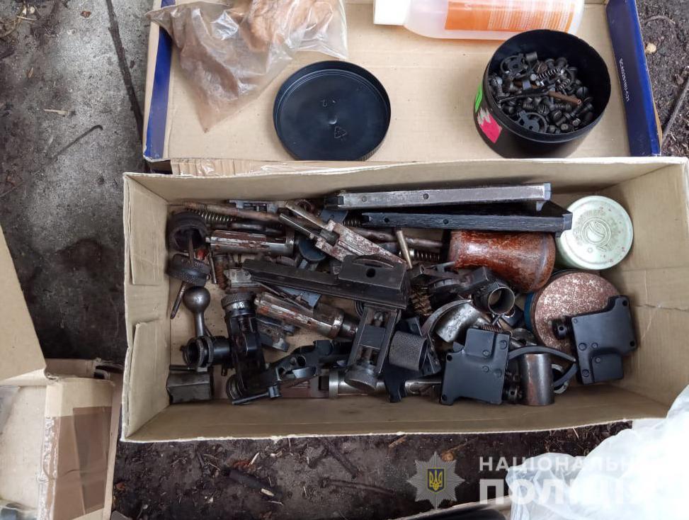 Десятки одиниць зброї та сотні боєприпасів вилучили в лучанина