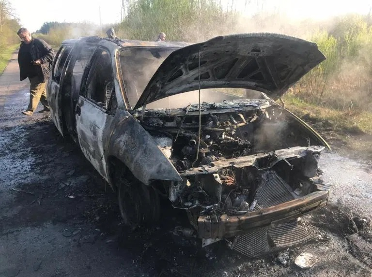 Волинянин спалив авто з краденою деревиною, щоб знищити докази. ВІДЕО