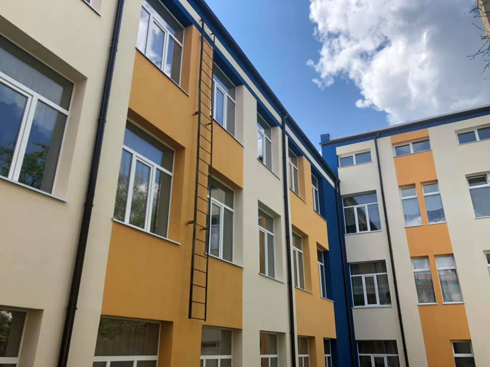 У Луцьку завершують капремонт фасаду одного з навчальних закладів