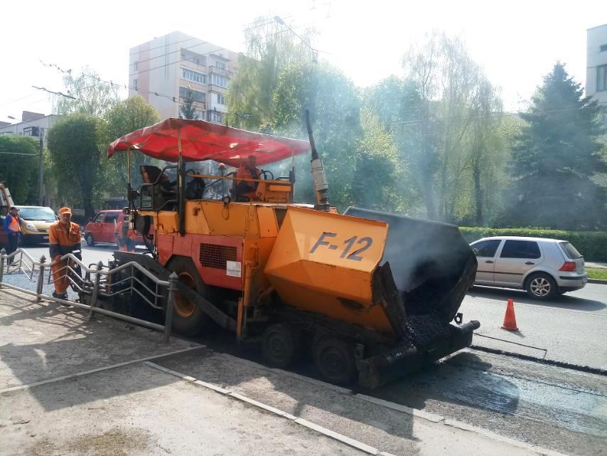 У Луцьку ремонтують покриття на зупинках громадського транспорту