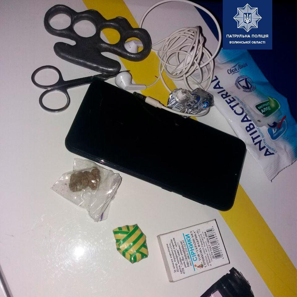 Патрульні у Луцьку затримали чоловіка з наркотиками та кастетом