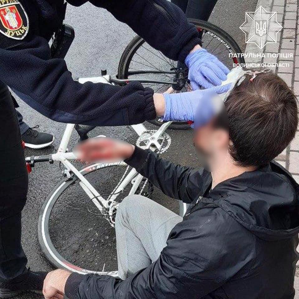 Луцькі патрульні надали домедичну допомогу велосипедистові