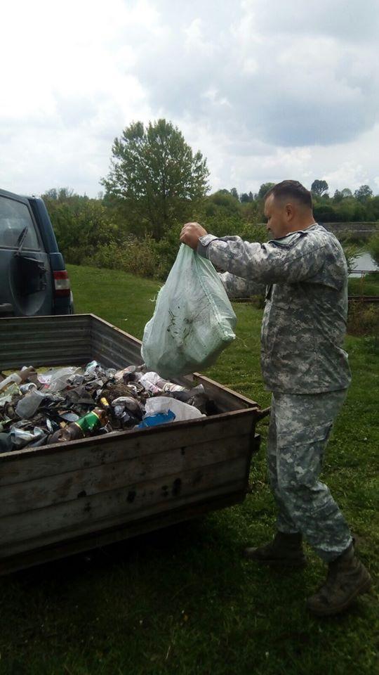 На березі водойми на Волині зібрали півтора десятка мішків сміття