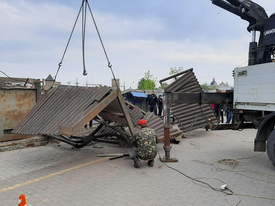 Луцькі муніципали демонтували ворота ринку «Центральний»