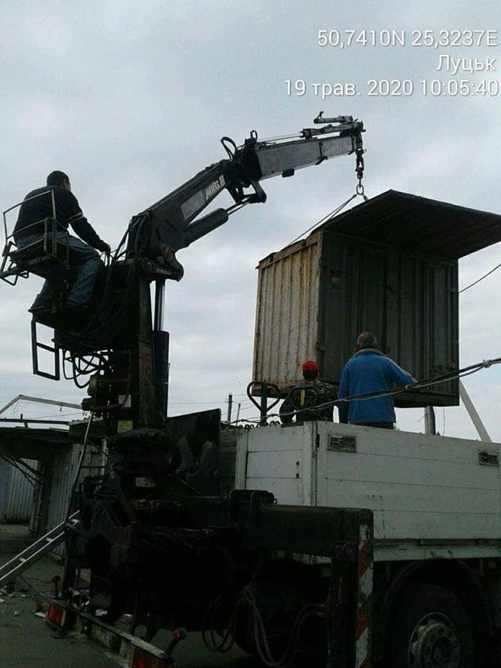 У Луцьку продовжують вивозити контейнери з «Центрального» ринку
