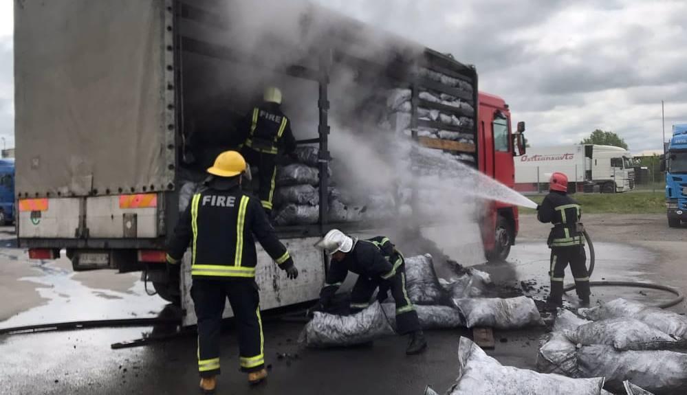 У Ковелі рятувальники ліквідували загорання деревного вугілля у вантажівці