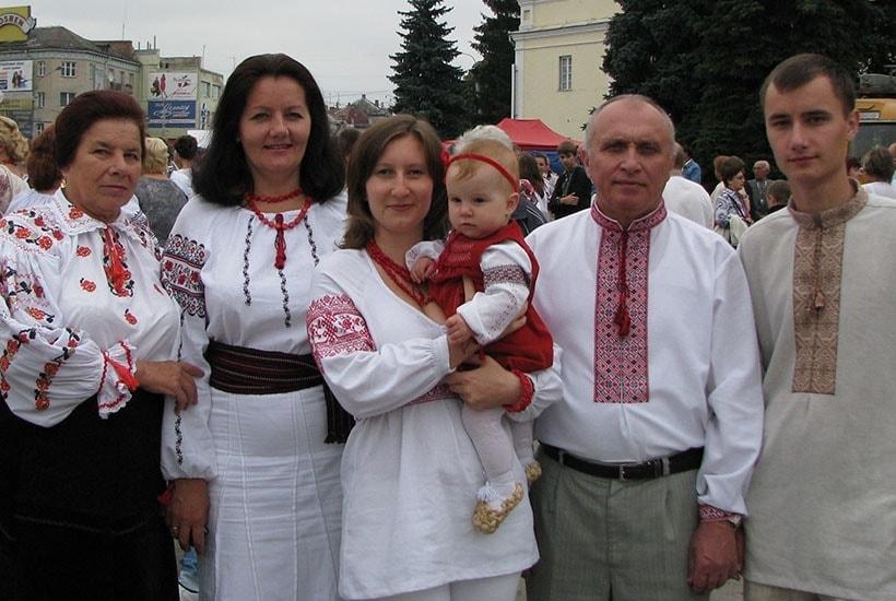 Понад 50 вишиванок: лучанка-нацгвардійка одягла у традиційне українське вбрання усю родину