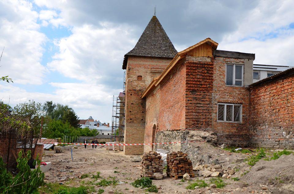 Голограма привида та експозиція лицарства: у Старому місті Луцька реалізують унікальний проект