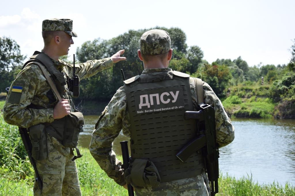 Порушники потрапляють за лінію інженерних споруд: прикордонники Луцького загону закликають до порядку на кордоні
