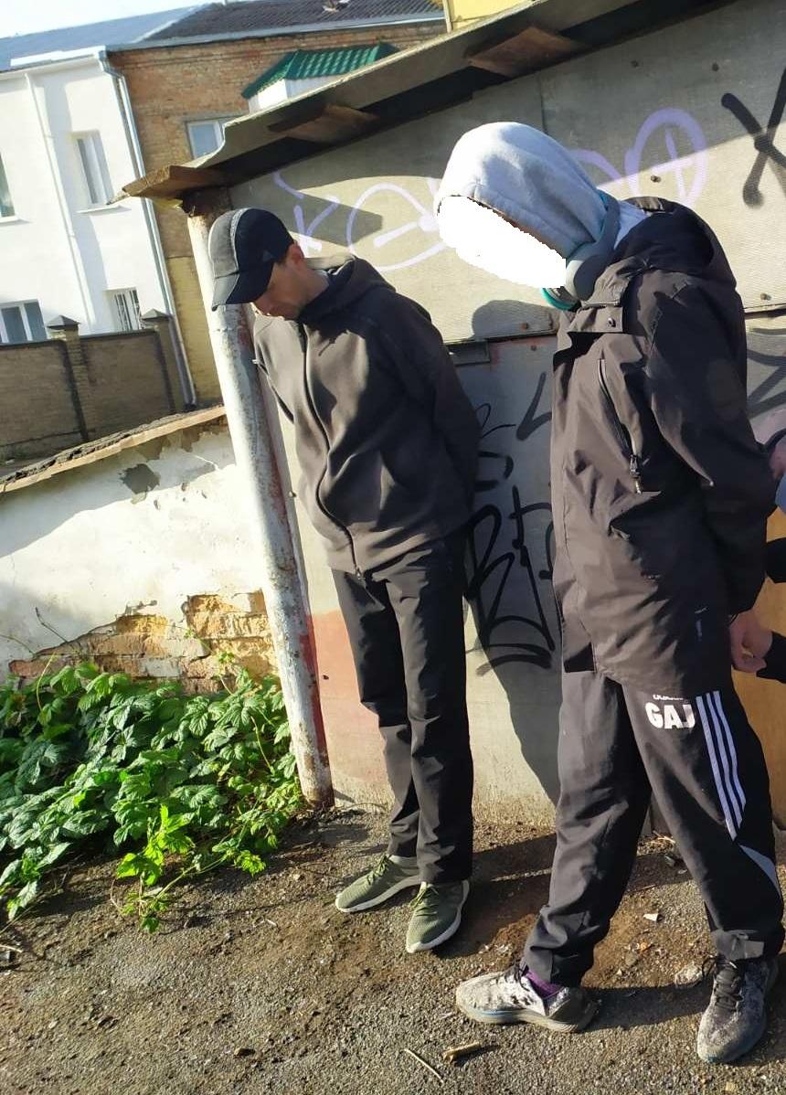 У центрі Луцька затримали осіб, які шукали «закладки» з наркотиками