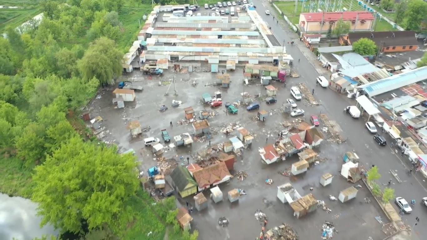 З території «Центрального» ринку Луцька вивезли сотні контейнерів