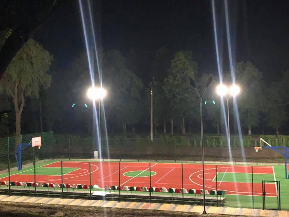 На новому баскетбольному майданчику у Луцьку встановили освітлення