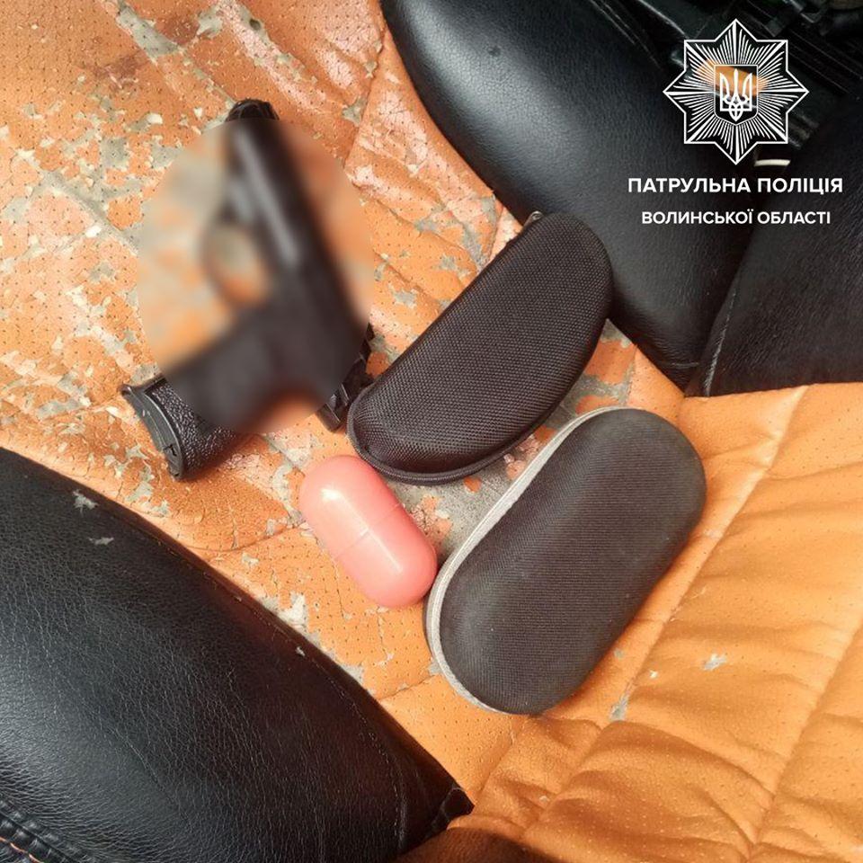 У Луцьку патрульні затримали водія з наркотиками та зброєю