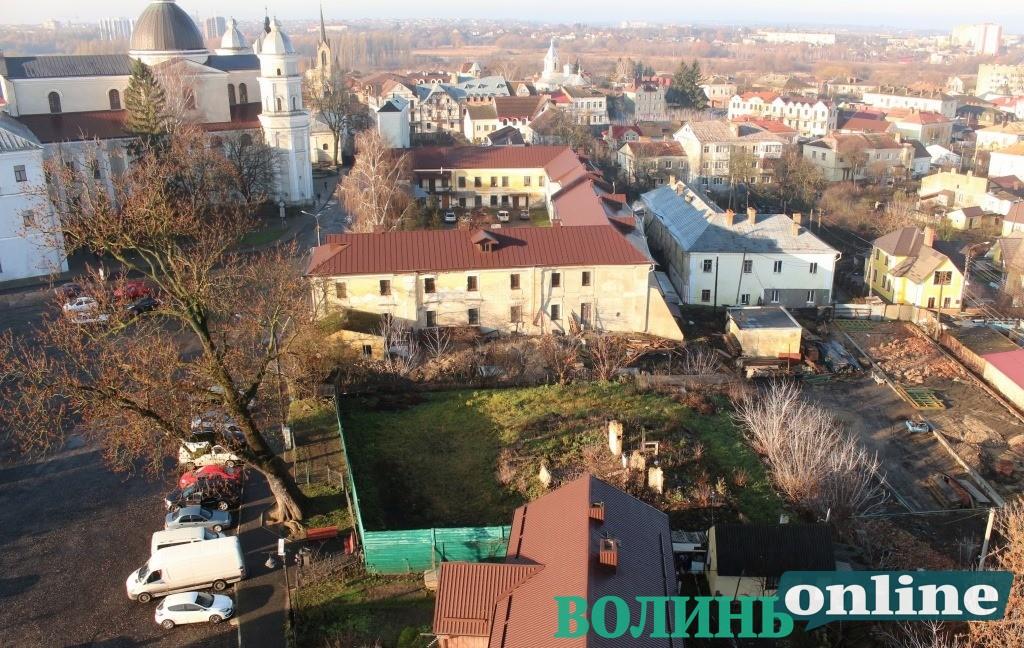 Кому належать луцькі руїни: зруйнований історичний двір перед входом до Луцького замку