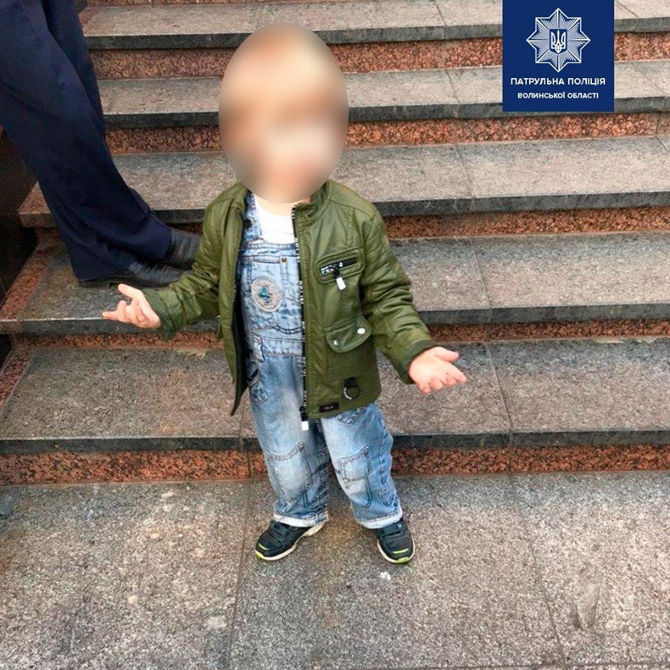 Патрульні у Луцьку виявили трирічного хлопчика, який без нагляду гуляв містом