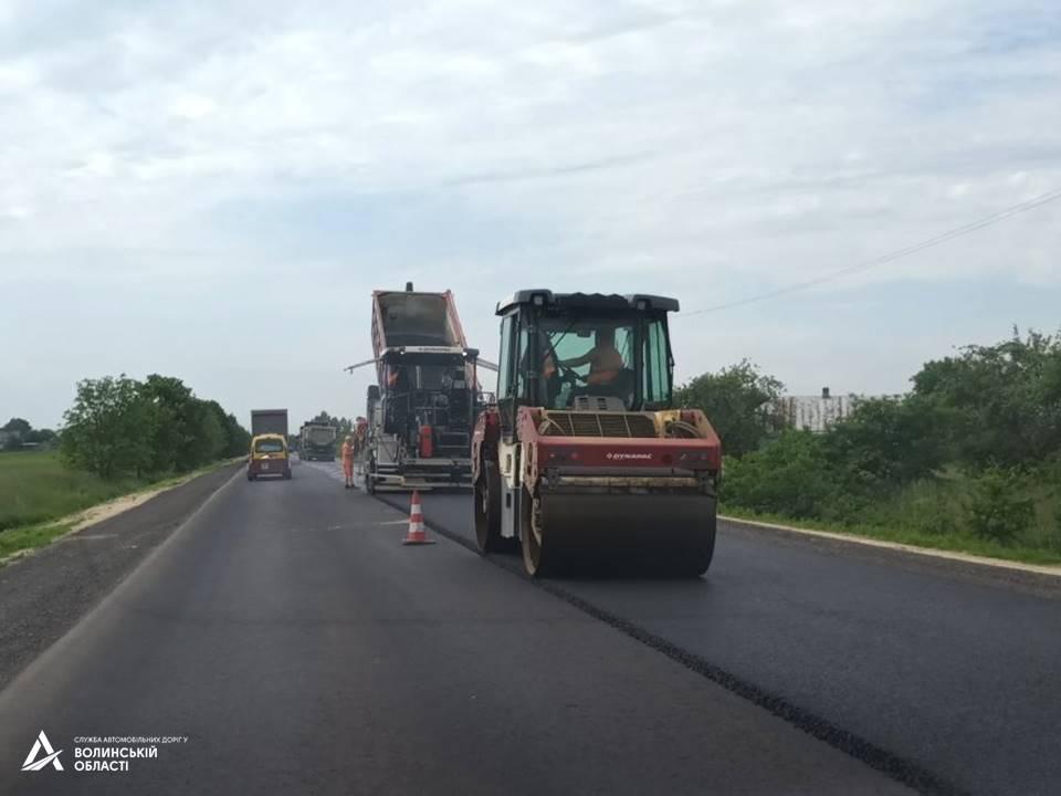 На ділянці міжнародного автошляху поблизу Луцька вкладають фінішний шар асфальту