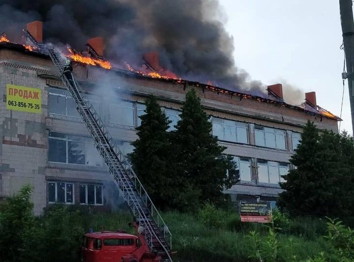 На Волині гасили пожежу даху трьохповерхового будинку