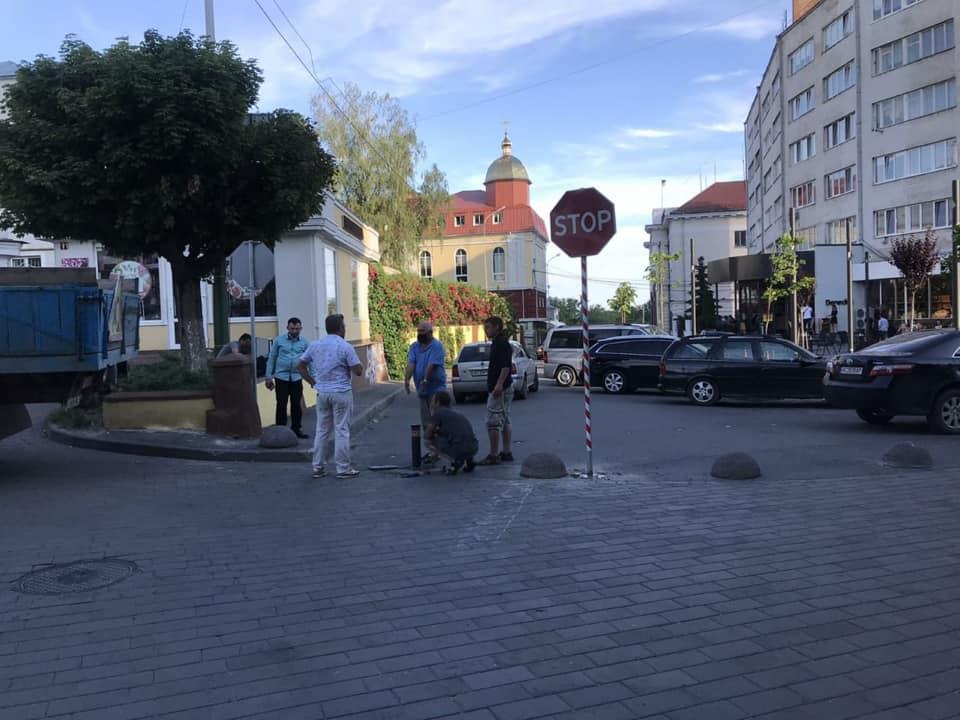 У Луцьку заблокували в'їзд авто з Градного Узвозу на Театральний Майдан