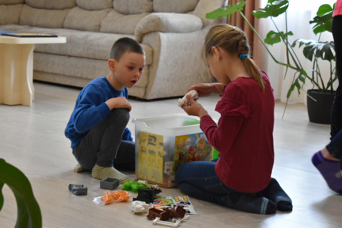 У волинському селі дві родини-сусіди виховують дітей у будинках сімейного типу