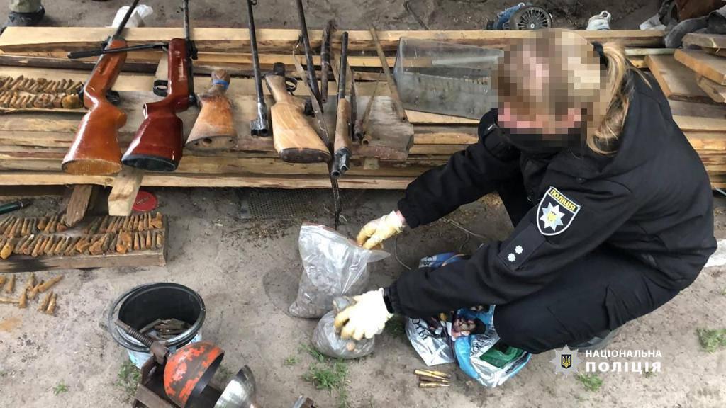 Любешівські поліцейські під час обшуків вилучили зброю, набої та майже 6 кг бурштину-сирцю