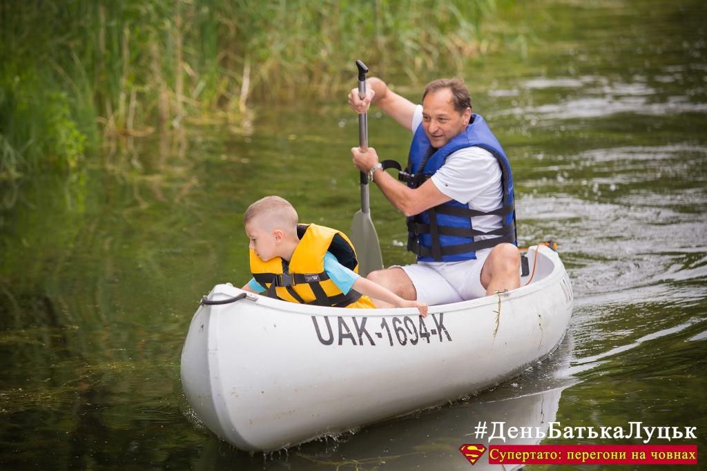 У Луцьку на День Батька влаштували перегони на човнах. ФОТО
