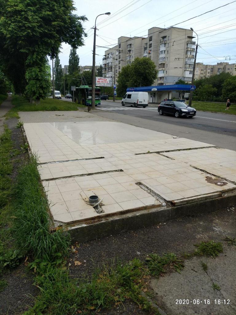 У Луцьку просять відновити павільйон на зупинці громадського транспорту
