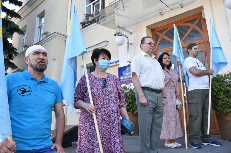 Над Луцькою міськрадою підняли кримськотатарський прапор