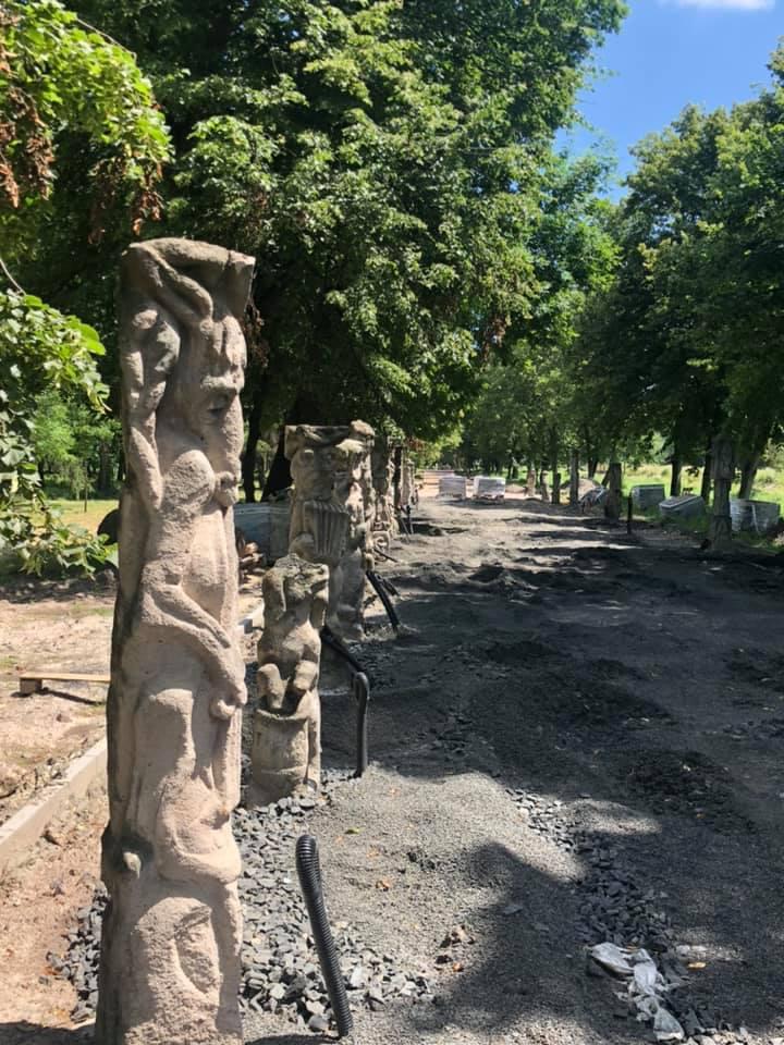 У луцькому парку завершують ремонт алеї скульптур