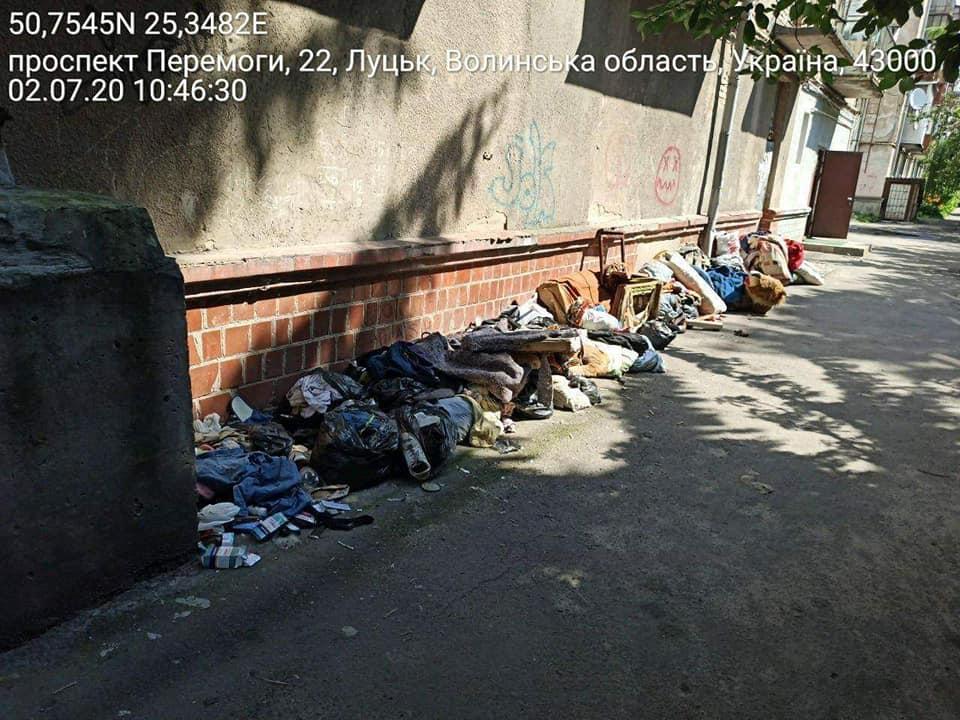 Лучанка влаштувала стихійне сміттєзвалище поблизу багатоквартирного будинку